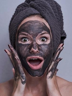 En tjej med lermask